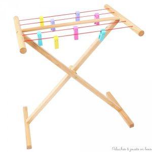 Un étendoir à linge en bois avec 8 pinces à linge colorées de la marque Bigjigs, parfait pour faire comme les grands ! A partir de 3 ans+