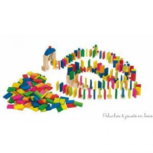 Un rallye des dominos de 247 pièces en bois coloré de la marque Goki. Le jeu consiste à placer toutes les pièces de façon à les faire tomber dans une spectaculaire cascade j'usquau portail d'arrivée et de faire tinter la chochette. Amusant et passionnant ce jeu imaginatif permet de multiples parcours. A partir de 5 ans+