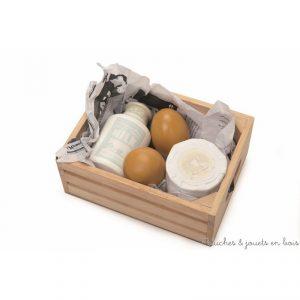 Dans la collection Honeybake de la marque Le Toy Van, une caissette en bois remplie d'oeuf et de produits laitiers pour jouer à la marchande ou à la dinette. A partir de 3 ans+