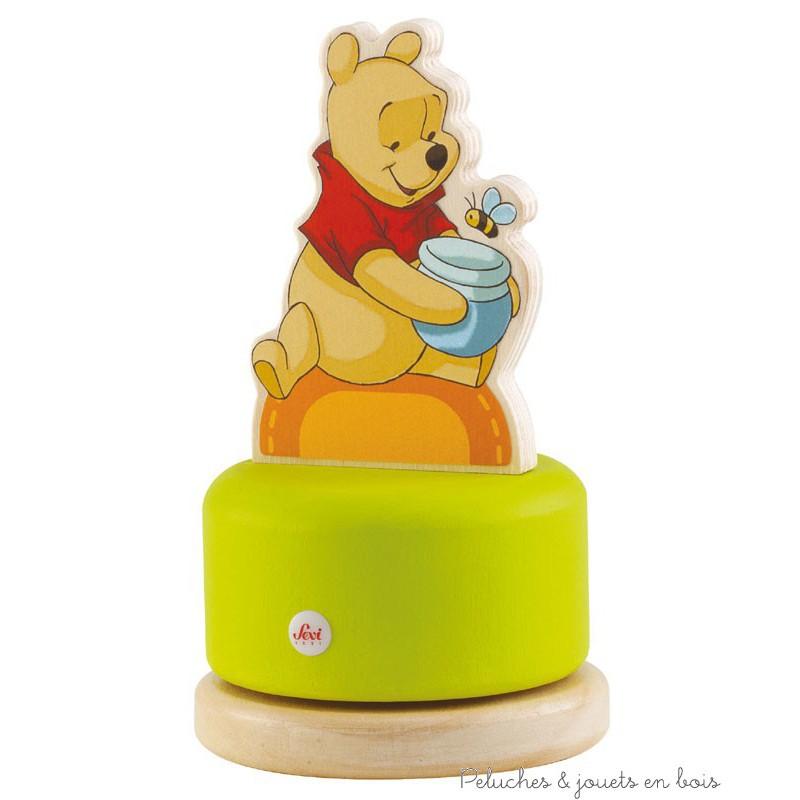 Une très jolie boite à musique manège en bois au design gai et coloré inspiré de l'univers de Winnie l'Ourson de la marque Sevi. A partir de 2 ans+