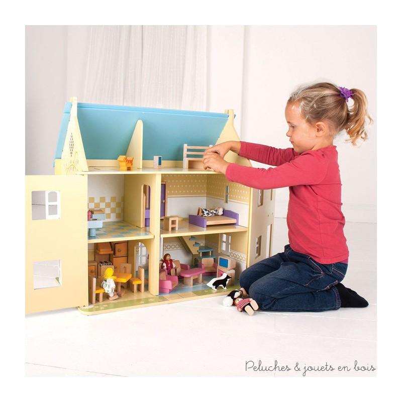 Une jolie maison de poupées au toit bleu avec 26 pièces de meubles et de charmants détails imprimés, une famille de 6 poupées articulées en bois, 1 chat et 1 chien pour commencer tout de suite à jouer. La façade et le toit sont amovibles pour plus de facilité de jeu, la porte et les fenêtres s'ouvrent et se ferment vraiment, il y a même une baie coulissante à l'arrière ! Au total une maison de 6 pièces dont 2 sous le toit. Taille 60 x 59 x 36 cm. Normes CE. Nécessite un assemblage initial simple par un adulte.