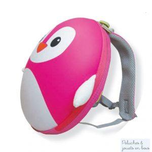 Un sac à dos Pingouin Rose de la marque Le Coin Des Enfants. Original avec sa coque en mousse souple en forme de pingouin il est léger et comporte un grand compartiment ainsi que 2 poches de rangement et une étiquette pour identifier son propriétaire. Il conviendra parfaitement pour l'école, le sport ou les jeux. A partir de 3 ans+