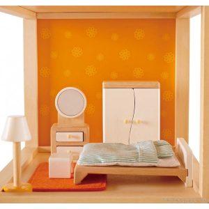Un ensemble de meubles et accessoires chambre des parents en bois peint et textile de la marque Hape. A partir de 3 ans+