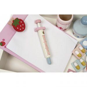 Une très jolie et très complète valisette de docteur est un jouet en bois aux tons pastel et au design enfantin pour jouer au docteur comme une grande. A partir de 3 ans+