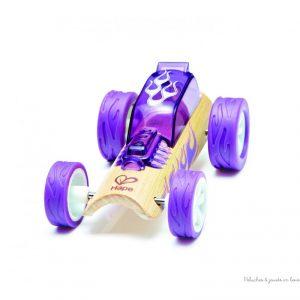 petite voiture Hot Rod en bambou et plastique de la marque Hape. 8 véhicules différents à collectionner pour jouer seul ou avec les garages et les tapis de jeux. A partir de 3 ans+