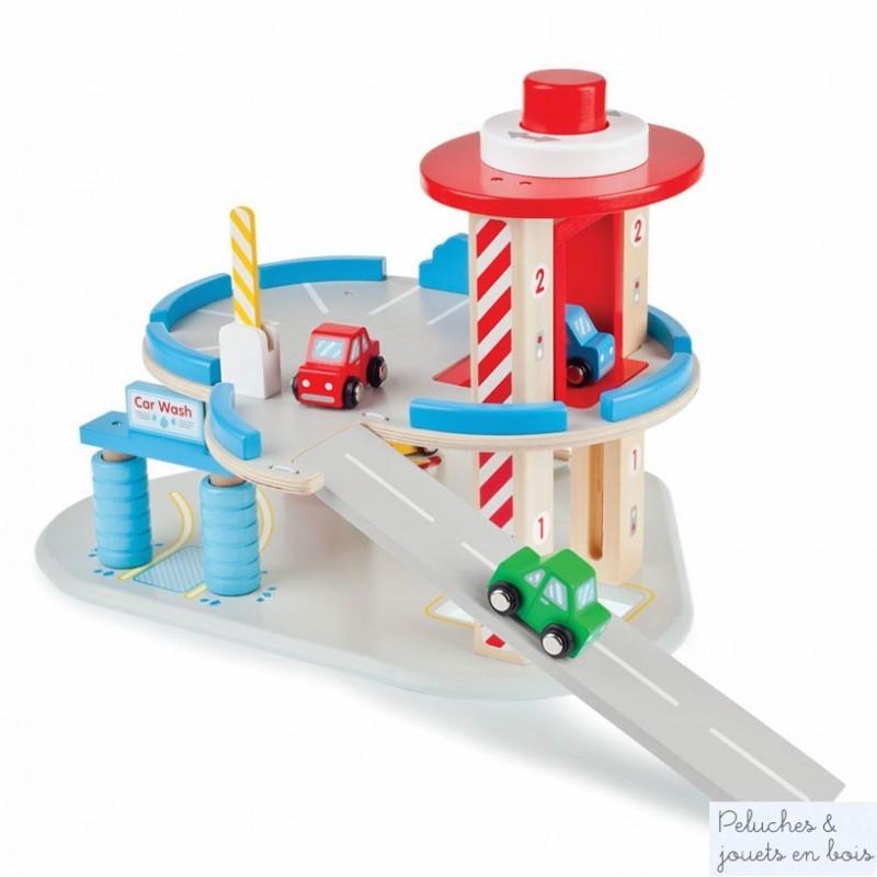 Un garage en bois de la marque Tidlo sur 2 niveaux avec station de lavage et station service avec pompes à essence , plus 1 étage de parking, ascenceur et 4 véhicules en bois : 3 voitures et 1 dépanneuse miniatures Jouet idéal pour jouer aux petites voitures. A partir de 3 ans+
