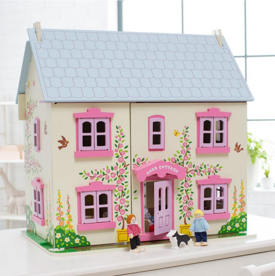 Une jolie maison de poupées en bois rose, blanche et mauve avec 26 pièces de meubles et de charmants détails imprimés, une famille de 6 poupées articulées en bois, 1 chat et 1 chien pour commencer tout de suite à jouer. La façade et le toit sont amovibles pour plus de facilité de jeu, la porte et les fenêtres s'ouvrent et se ferment vraiment, il y a même une baie coulissante à l'arrière ! Au total une maison de 6 pièces dont 2 sous le toit. Taille 60 x 59 x 36 cm. Normes CE. Nécessite un assemblage initial simple par un adulte.