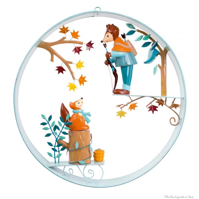 Un ruban de métal, 2 personnages en résine qui miment un dialogue, voici dréssé en quelques mots le portrait du cerceau scène Robin des bois signé l'Oiseau Bateau. Les personnages réalisés en 3 dimensions permettent d'apprécier la scène quelque soit l'endroit d'où on regarde. Une décoration de chambre d'enfant remplie de belles histoires.