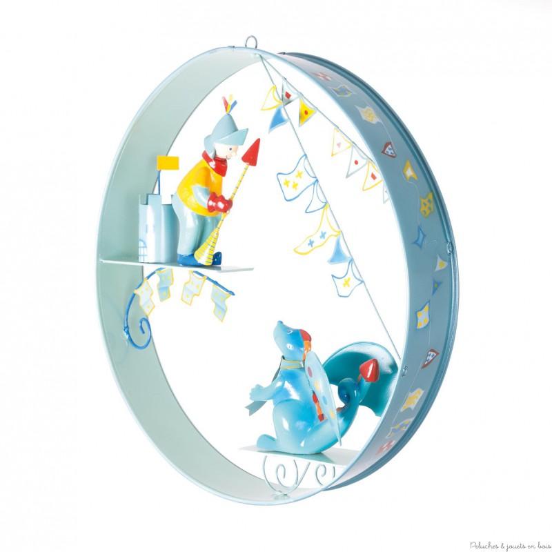 Un ruban de métal, 2 personnages en résine qui miment un dialogue, voici dréssé en quelques mots le portrait du cerceau scène Le Dragon et le chevalier signé l'Oiseau Bateau. Les personnages réalisés en 3 dimensions permettent d'apprécier la scène quelque soit l'endroit d'où on regarde. Une décoration de chambre d'enfant remplie de belles histoires.