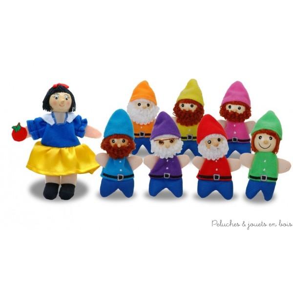Un coffret de 8 marionnettes à doigt en tissus avec une tête en bois sur le thème de blanche neige et les sept nains pour raconter de merveilleuses histoires.