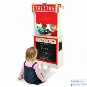 Jouet en bois 2 en 1, ce grand théâtre de marionnettes tout en bois avec des rideaux rouges en tissu se transforme en comptoir de magasin pour jouer à la marchande, un ensemble signé Tidlo distribué par Bigjigs. A partir de 3 ans+