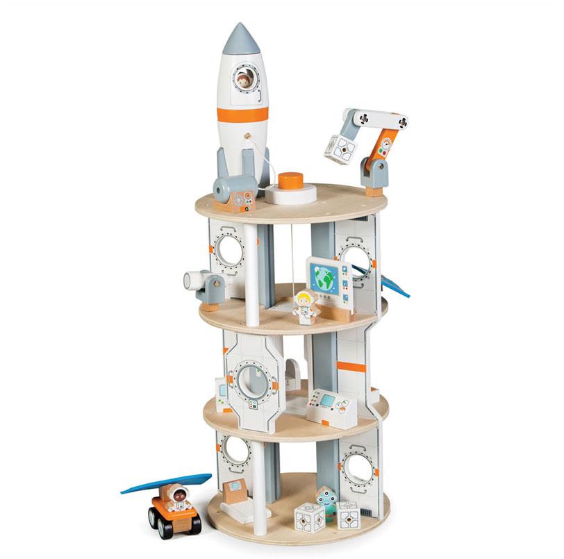 Un vaisseau spatial en bois signé Tidlo incluant sa fusée de lancement et tous les accessoires. A partir de 3 ans+