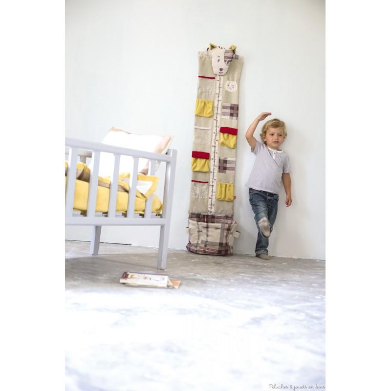 Avec cette jolie toise range-tout à l'éffigie de Scotty signée de la marque L'Oiseau Bateau, les enfants vont adorer savoir de combien il ont grandi ! Très utile aussi pour ranger et décorer la chambre de bébé. Tous âges.