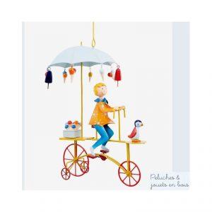 Le triplé crème Glacée bleu est un mobile de décoration en métal à suspendre, réalisé à la main et signé de la marque L'oiseau bateau. Cet improbable voyageur à vélo volant, tout en poésie et tendresse sera idéal pour animer de manière originale une chambre d'enfant. Objet de décoration.