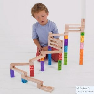 Un circuit à billes de la marque bigjigs à construire selon son imagination à l'aide des 53 pièces fournies. A partir de 3 ans+