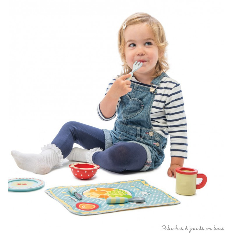 Dans la collection Honeybake de la marque Le Toy Van, un ensemble set de table en tissus, tasse, assiette, bol et couverts joliment décorés en bois peint. Contient : 1 assiette, 1 tasse, 1 bol, 1 couteau, 1 fourchette et 1 cuillère. A partir de 3 ans+