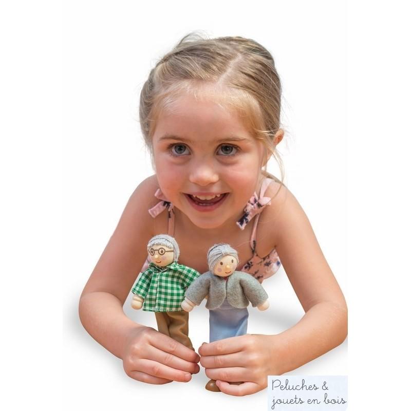 Dans la collection maison de poupées Daisylane de la marque Le Toy Van, 2 grands parent articulés en bois vêtus de vêtements soignés, papy a les cheveux gris et porte des lunettes et une chemise à carreaux. Mamie à les cheveux gris et porte une robe et un gillet. Un ensemble parfait pour compléter la famille de 4 poupées vendues séparément. A partir de 3 ans+
