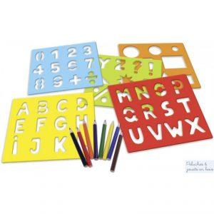 Ce créakit contient 5 plaques pochoirs en bois, chiffres, lettres, symboles, formes géométriques ainsi que des crayons de couleurs dans une valisette de transport et de rangement. Un ensemble signé Vilac. A partir de 4 ans+