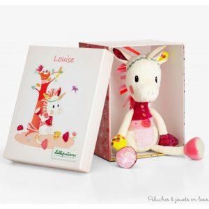 Une adorable peluche câline Louise la Licorne de la marque Lilliputiens. Elle fera un très beau cadeau grâce à sa jolie boite et sera très vite la meilleure amie de sa petite propriètaire. A partir de 0 mois+
