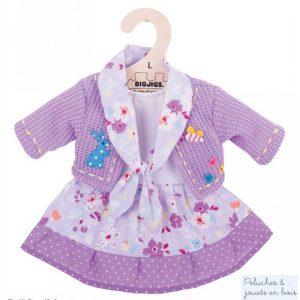 Une robe lilas et blanche avec des petits motifs et un cardigan amovible de la marque Bigjigs toys pour les poupées de chiffon de 35 cm. Vêtement conçu pour les petits doigts : habit avec des fermetures à scratch. A partir de 2 ans+