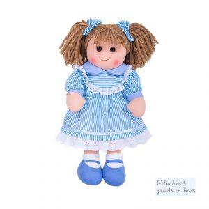 Très grande poupée de chiffon de 35 cm Amelia est une poupée chatain avec des noeuds dans les cheveux de la marque Bigjigs Toys. A partir de 0 mois+