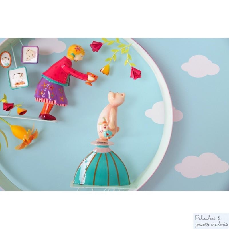 Un ruban de métal, 2 personnages en résine qui miment un dialogue, voici dréssé en quelques mots le portrait du cerceau scène Boucle d'Or signé l'Oiseau Bateau. Les personnages réalisés en 3 dimensions permettent d'apprécier la scène quelque soit l'endroit d'où on regarde. Une décoration de chambre d'enfant remplie de belles histoires.