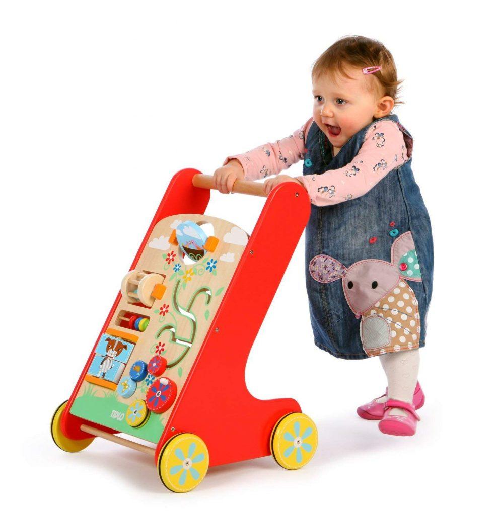 Un chariot de marche et centre d'activité aux couleurs vives de la marque tildo pour Bigjigs pour apprendre à bébé à faire ses premiers pas avec plusieurs activités pour jouer et découvrir. A partir d'1 an+