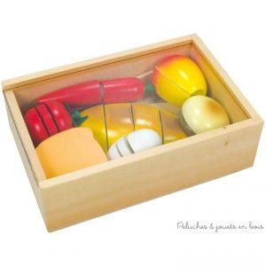 Une boite en bois contenant 7 éléments composant le déjeuner à découper en plusieurs morceaux avec un couteau en bois et une planche à découper. L'ensemble est reconstituable à l'infini grâce à des scratch. Dimensions 21 x 14 x 6,5 cm. Normes CE