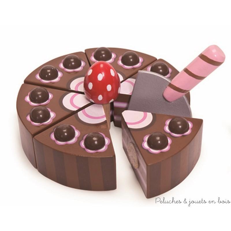 Dans la collection Honeybake de la marque Le Toy Van, un superbe gâteau au chocolat pour jouer à la marchande, au petit patissier ou à la dinette. Tu peux le couper en 6 parts grâce à la pelle et aux attaches velcro et découper un joli napperon pour le présenter au dos de la boite. A partir de 3 ans+