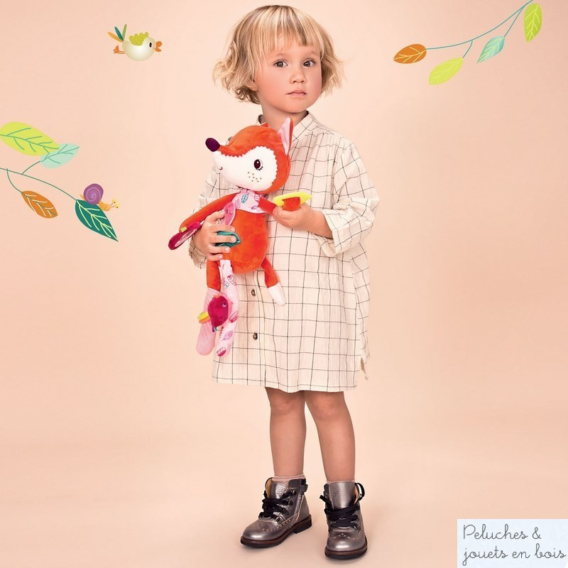 Une renarde d'activités câline, Alice de la marque lilliputiens. Pour éveiller bébé avec toutes sortes de textures à toucher et de chouettes activités, hochets, bracelets, bruit de papier froissé, miroir... A partir de 3 mois+