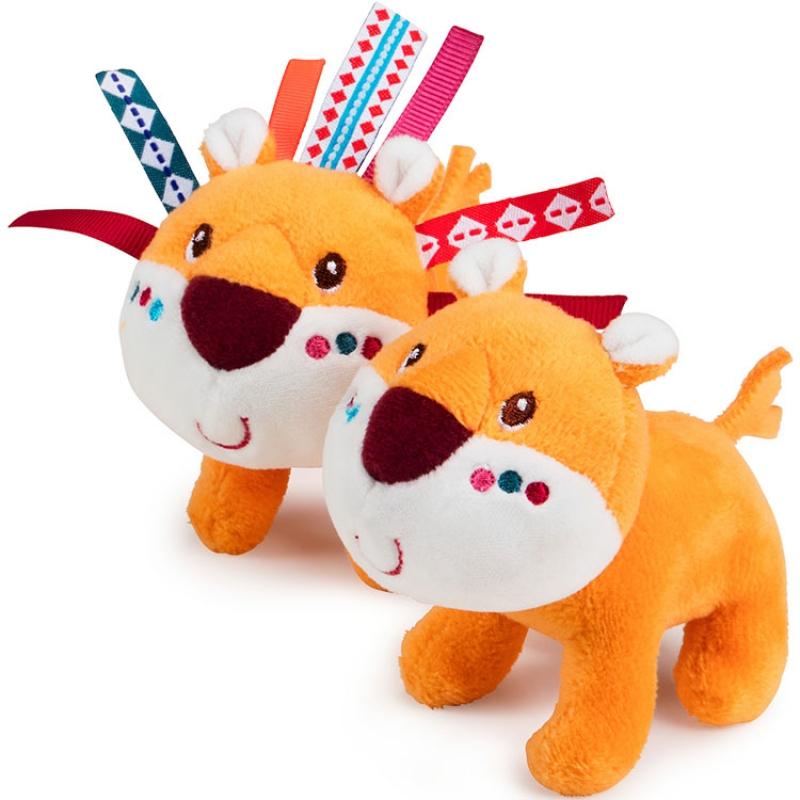 Pour tous les petits aventuriers en herbe! Votre enfant pourra jouer avec les personnages (lions, crocodiles, lémuriens, girafes et rhinocéros) qui viennent par paire à bord de l'arche de Noë. Des histoires à imaginer à l'infini grâce aux animaux en peluche et au bateau qui les transportera vers de nouveaux horizons. Facile à transporter grâce à sa poignée, c'est un jouet idéal pour s'amuser où on veut. Dimensions 32 x 16 x 16 cm. 100% Polyester. Lavable en machine à 30° cycle délicat. Normes CE.