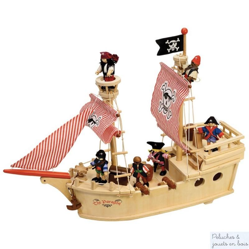 """""""Hisse et ho""""crie le capitaine du Paragon à son équipage comprenant 5 pirates, ce grand bateau de pirates en bois avec ses nombreux accessoires est signé de la marque Tidlo. Avec des roues intelligemment dissimulées à sa base l'enfant pourra le guider facilement au sol. Dimensions : 59 x 48 x 18 cm. A partir de 3 ans+"""