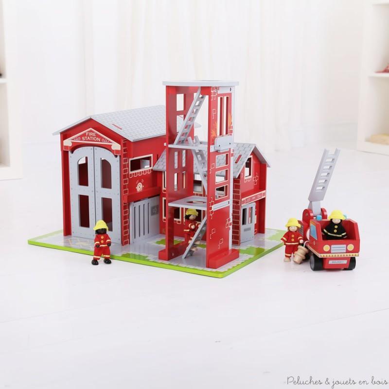 La caserne s'ouvre pour donner accès d'un coté aux dortoirs et de l'autre au garage qui abrite le camion des pompiers muni d'une grande échelle pivotante et d'une lance à incendie amovible. Pour leur entrainement les pompiers disposent d'une tour d'exercices de 3 étages. Dimensions du packaging : 44 x 60 x 46.5 cm. Normes CE.