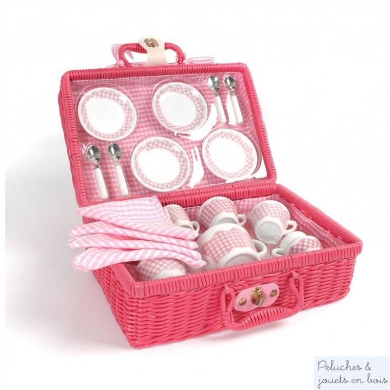 Un service à thé en porcelaine rose et blanc dans une mallette style osier rose. Un ensemble de la marque Tidlo pour Bigjigs. A partir de 3 ans+