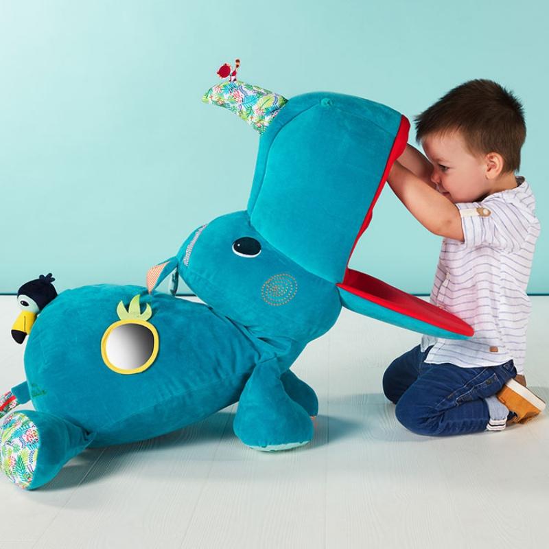 Les enfants raffolent de leurs petites cachettes secrètes! Marius le Rhino n'est pas seulement un merveilleux compagnon de jeu grâce à ses nombreuses fonctionnalités (textiles aux textures différentes, miroir, poche avec petit toucan, petit lémurien sur le nez, grande bouche a secrets ... . Son corps tout doux et câlin stimule la curiosité des tout-petits et les pousse à explorer ses différentes activités. Un ami qui restera longtemps dans la chambre de votre enfant. Dimensions : 90 x 55 x 35 cm. 100% polyester. Lavable en surface. Dès la naissance. Normes CE