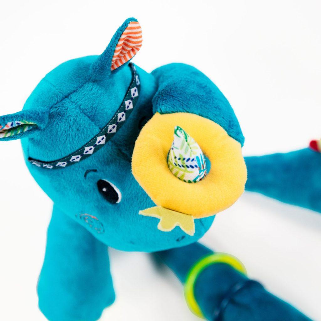 Un rhinocéros d'activité Marius de la marque lilliputiens. Pour éveiller bébé avec toutes sortes de textures à toucher et de chouettes activités, anneau de dentition, hochets, bracelets, bruit de papier froissé, miroir... A partir de 3 mois+