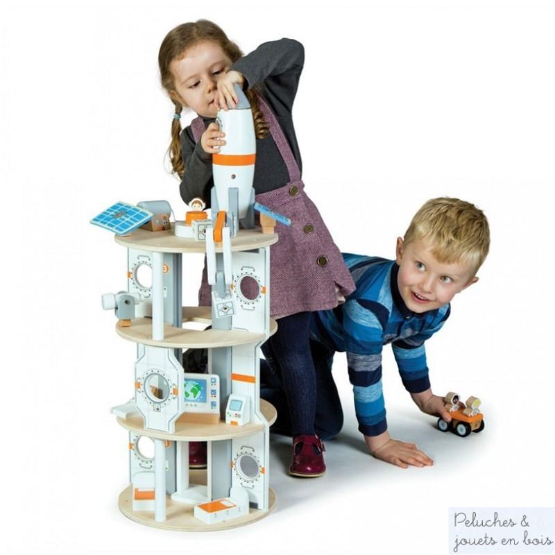 Station spatiale avec fusée en bois signés Tidlo pour décoller et s'envoler dans un univers plein de merveilles, d'accessoires et comprenant 22 pièces au total. Ce jouet en bois est adapté à l'enfant dès 3 ans et + et ses finitions soignées en font un cadeau de qualité. Les petits enfants auront autant de plaisir à jouer avec qu'à manipuler chacun des nombreux éléments inclus dans la station.