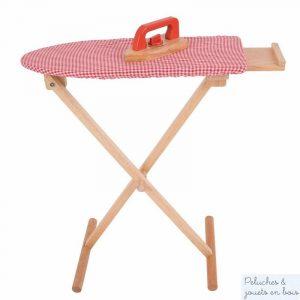 Une table à repasser et un fer à repasser en bois avec un tissus vichy rouge de la marque Bigjigs, parfait pour faire son repassage comme maman ! A partir de 3 ans+