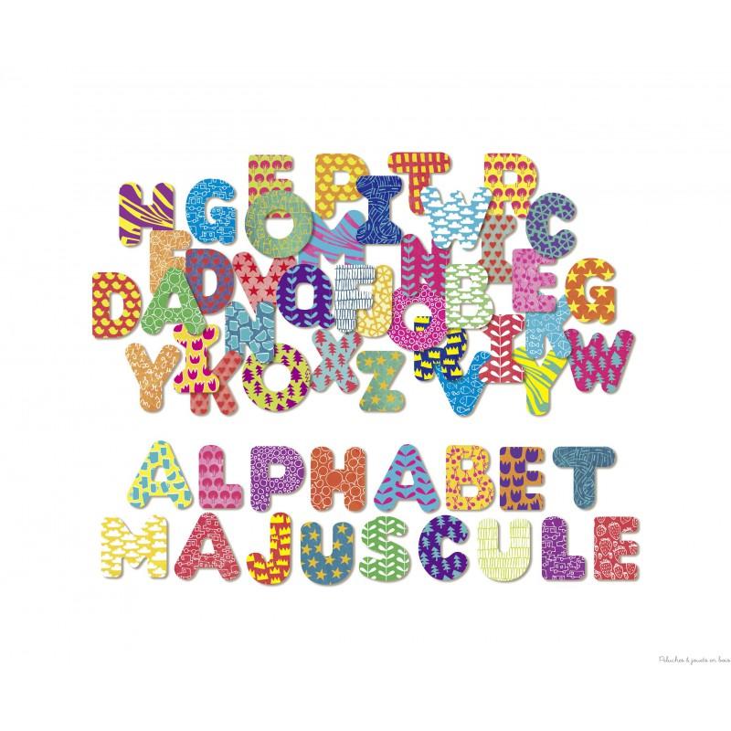 Un coffret en bois contenant un alphabet de 56 lettres majuscules magnétiques en bois, signé Vilac. A partir de 3 ans+