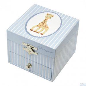 """Un coffret à musique cube avec 1 tiroir"""" Sophie la Girafe"""" avec une figurine Sophie de la marque Trousselier. Une fois exposé à la lumière ce coffret phosphorescent brille dans la nuit pour le plus grand bonheur bonheur des plus petits. A partir de 2 ans+"""